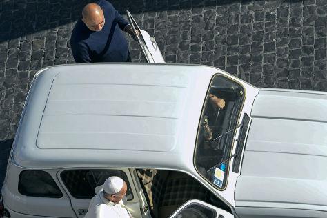 Papst Franziskus I. steigt in seinen R4