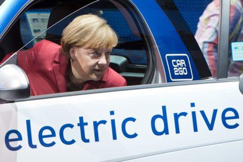 Bundeskanzlerin Angela Merkel steigt bei der Eröffnung der IAA 2013 aus einem Elektro-Smart