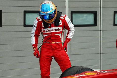 Fernando Alonso hat sich die Reifen lange genug angeschaut