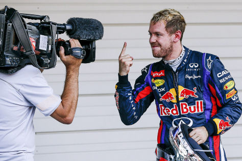 """Formel 1 Großer Preis von Japan: Sebastian Vettel zeigt seinen """"Siegerfinger"""" in die Kamera"""