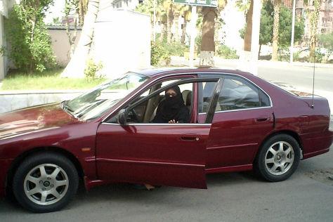 Frau in Saudi-Arabien steigt in ein Auto