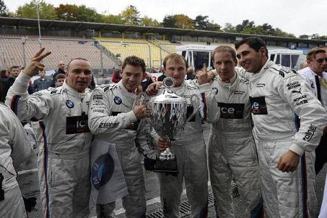 Das MTEK-Team feiert mit dem Pokal für Hockenheim-Sieger Timo Glock