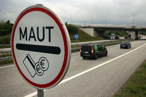 Maut-Schild vor dem Warnowtunnel in Rostock