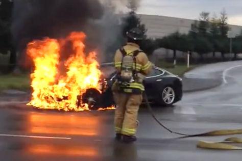 Ein Feuerwehrmann löscht ein brennendes Tesla Model S