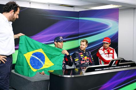 Mark Webber erhält nach seinem letzten Formel 1-Rennen eine brasilianische Flagge mit der Unterschrift aller Fahrer überreicht