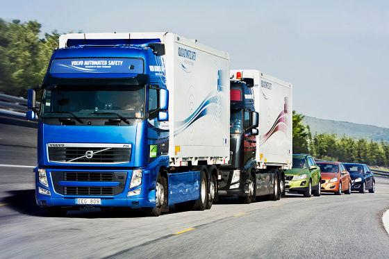 Zwei Lkw und mehrere Pkw fahren WLAN-gesteuert Kolonne