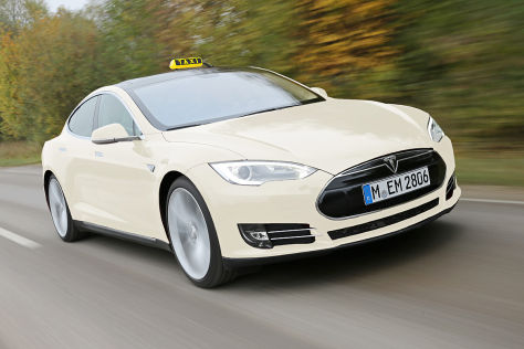 Tesla Model S als Taxi Montage