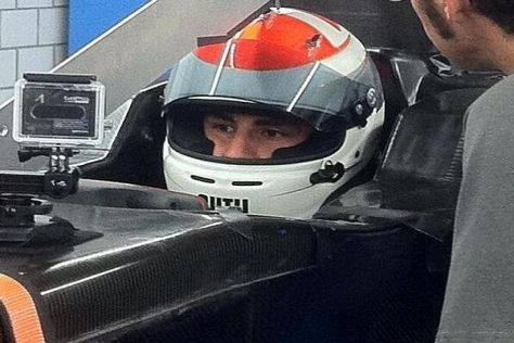 Adrian Sutil lässt sich den Sitz für seinen neuen Sauber anpassen