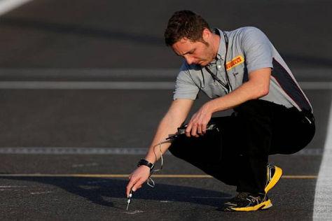Ein Reifenspezialist bei der Arbeit: Die 2014er-Reifen seien sicher, meldet Pirelli