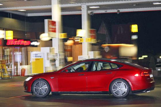 Tesla Model S an Tankstelle