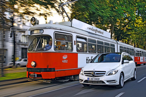 Straßenbahn neben B-Klasse