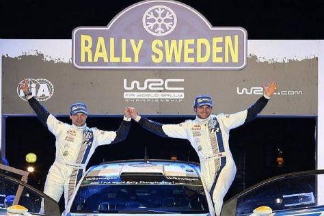 Mikko Markkula und Andreas Mikkelsen grüßen vom Podium der Rallye Schweden