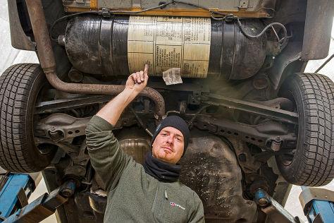 Mann zeigt auf Tank von Volvo V70 II CNG