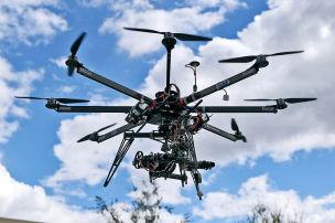 Drohne auf dem Autodach