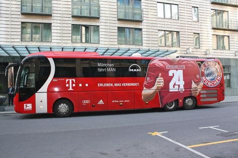 Mannschaftsbus des 1. FC Bayern im Meistershirt 2014