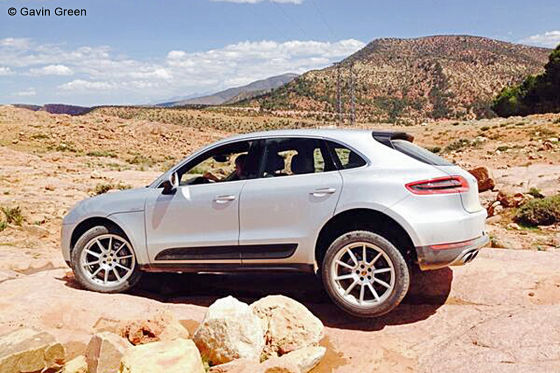 Duster schleppt Macan ab