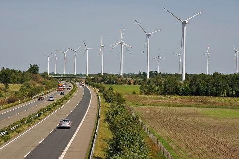 Autobahn A 31 bei Papenburg mit Windrädern