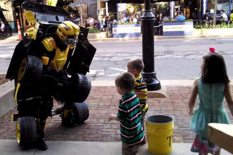 Straßenkünstler begeistert mit funktionierendem Transformers-Kostüm