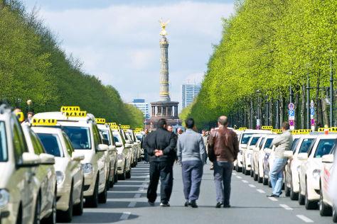 Taxifahrer in Berlin demonstrieren gegen Internet-Konkurrenz