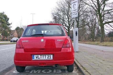 Auto auf Parkplatz mit Ladesäule