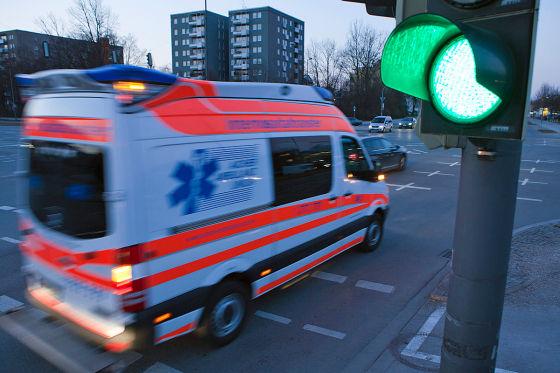Grüne Ampel mit Rettungswagen