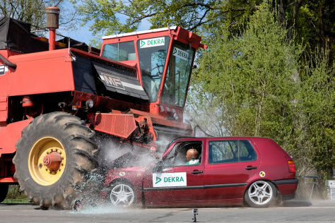 Dekra-Crashtest: Mähdrescher als Verkehsrisiko