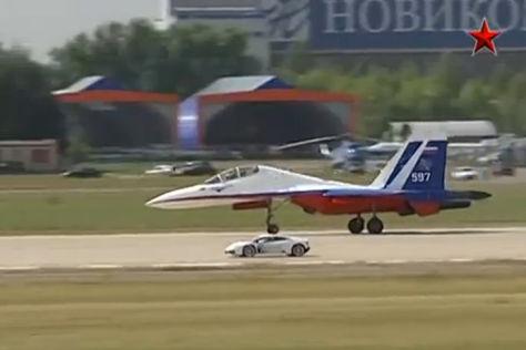 Lamborghini Huracán im Sprintduell gegen einen Kampfjet
