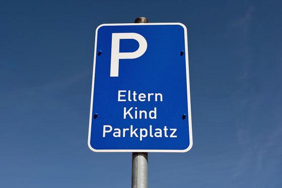 Ein Schild weist auf einen Eltern-Kind Parkplatz hin, aufgenommen am 12.04.2014 in Walsrode (Niedersachsen).