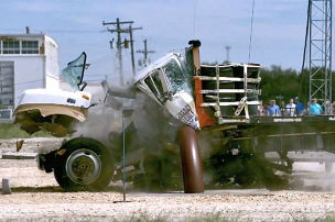 Barriere zerfetzt Lkw