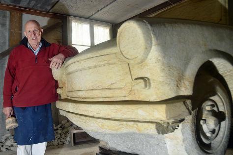 Carlo Wloch mit seinem Trabbi aus Sandstein