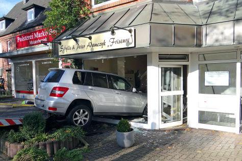 Rentner rast in Norderstedt (9.11.2024) in einen Frisörsalon