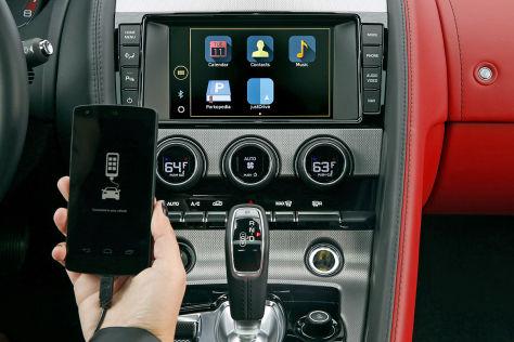 Jaguar XE mit InControl-Infotainmentsystem