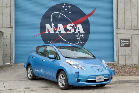 Nissan Leaf vor einem Tor mit NASA-Schriftzug
