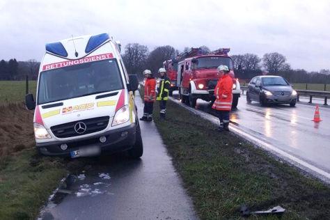 Rettungswagen auf dem Weg zu einem Unfall im Grünstreifen stecken