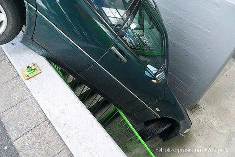 "Auto ""parkt"" in Treppenabgang"