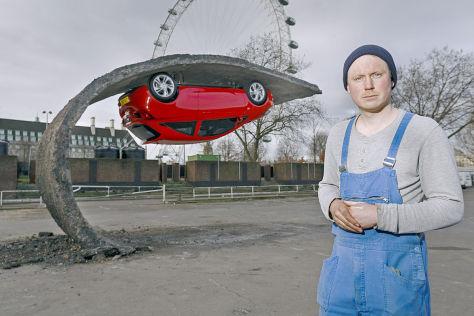 Corsa-Skulptur neben dem London Eye