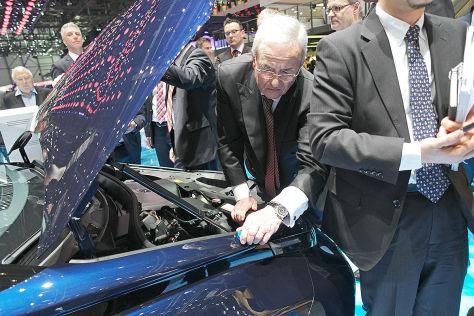 VW-Chef Martin Winterkorn (M) sieht sich einen Toyota Mirai beim 85. Automobil-Salon in Genf an