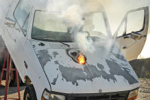 Super-Laser brennt Loch in Truck