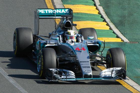 Nahaufnahme von Lewis Hamilton im F1-Auto