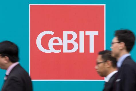 Cebit-Logo mit Messebesuchern