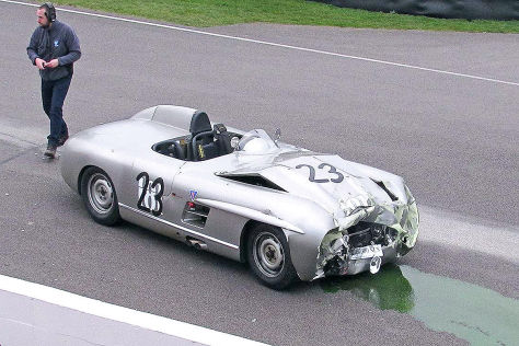 Goodwood: Mercedes 300 SLS prallt in auf Lister-Jaguar