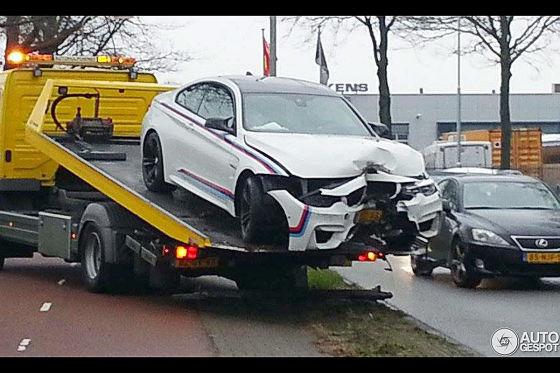 Unfall: BMW M4 Coupé landet am Baum