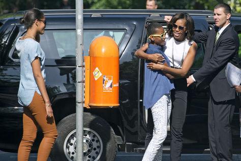 Malia, Sasha und Michell Obama mit einem Secret-Service-Mitarbeiter