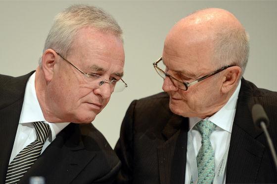 Der Aufsichtsratsvorsitzende der Volkswagen AG, Ferdinand Piech, und der Vorstandsvorsitzende der Volkswagen AG, Martin Winterkorn, (l) besprechen sich am 25.04.2013 in Hannover während der Hauptversammlung der Volkswagen AG nebeneinander. Foto: Jochen Lübke/dpa