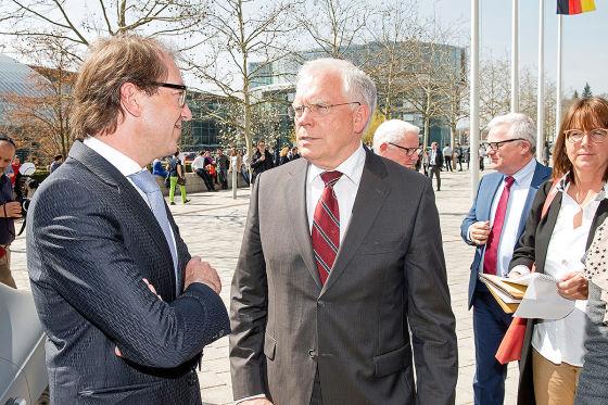 Bundesverkehrsminister Alexander Dobrindt mit Audi-Technik-Vorstand Ulrich Hackenberg