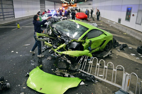 Lamborghini und Ferrari: Tunnel-Crash in Peking