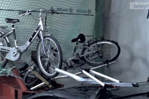 Crashtest: Pedelecs auf dem Autodach