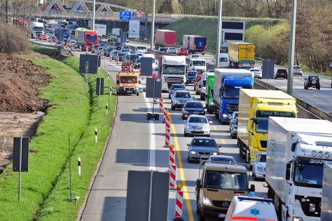 Pilotprojet auf der A7: Lkw dürfen in Baustelle überholen