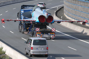 Kampfjet bremst Autos aus