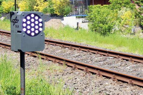 "Vom DLR entwickeltes ""PeriLight"" an Bahnübergang"